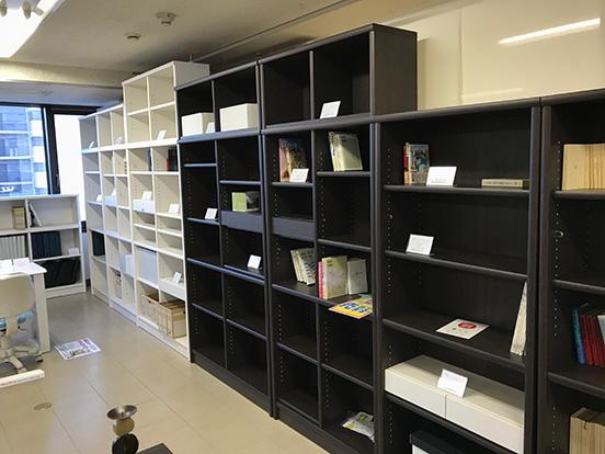 ショールームには書棚がずらり